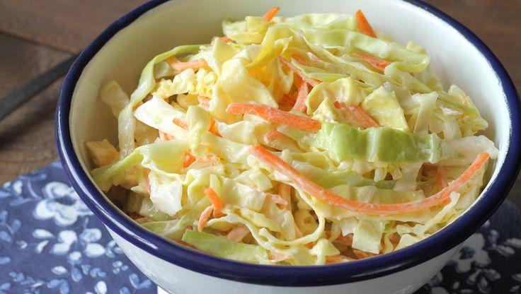 Klassiska kålsalladen coleslaw passar perfekt till grillat och finns i många olika varianter. Den här får fräsch, frisk smak av yoghurt.