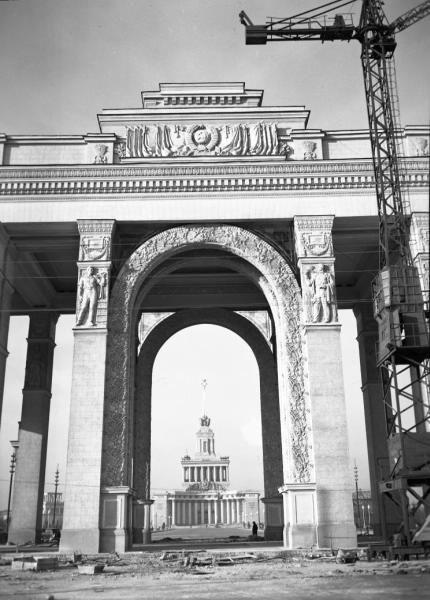 """Центральная арка главного входа на ВСХВ и фасад павильона """"Центральный""""."""