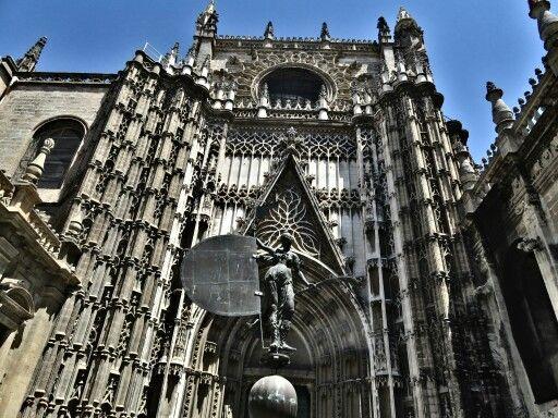 Catedral de Santa María de la Sede es un católico romano Catedral en Sevilla. Es la Catedral más grande del mundo, la catedral gótica más grande, y la tercera iglesia más grande en el mundo. Es también el lugar de entierro de Cristóbal Colón. Fue terminado en siglo XVI.