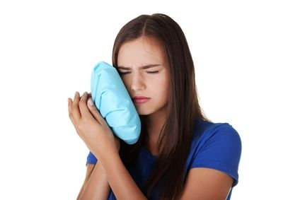 Лучший способ предотвратить зубную боль - профилактика. Посещая стоматолога дважды в год или хотя бы один раз в год, человек может снизить риск появления проблем с зубами.   Самое простое и безопасное средство от зубной боли - специальные зубные капли. Их может применять даже беременная женщина или ослабленный человек. Зубные капли можно без труда приобрести в аптеке. Содержимое пузырька надо......
