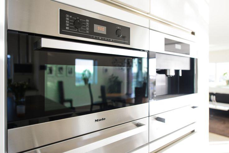 Köket är utrustat med extra bred induktionshäll och ovanförliggande fläkt, inbyggd och kombinerad ång- och varmluftsugn, inbyggd micro och kombinerad varmluftsugn, integrerad diskmaskin med LED-ljus, extra bred kyl/frys med inbyggd ismaskin samt komplett inbyggd kaffemaskin, samtliga från Miele. Matadorgatan 2 i Halmstad.