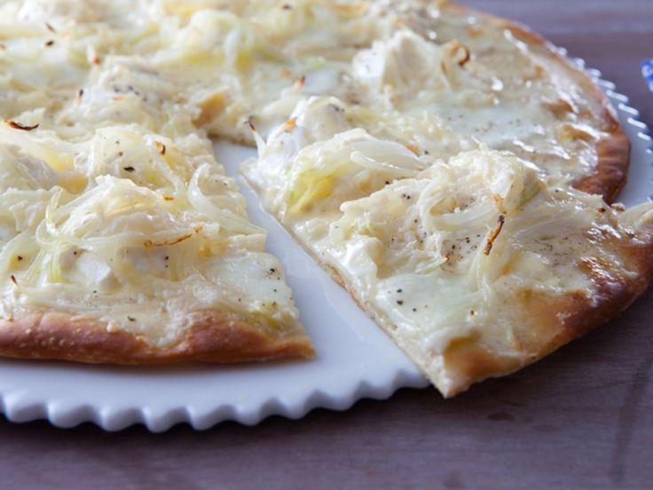 La traditionnelle pizza blanche à la pâte fine et croustillante garnie de mascarpone, de ricotta, de mozzarella et de lamelles d'oignons encore...