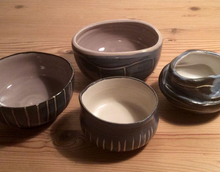 Stentøj + sort lertøjbegitning, med henholdvis grå lertøjsglasur ( 1975) eller halvmat hvid ( S37-AM1). Og så med freestyle ridser... Marts 2016