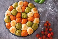 Il danubio tricolore è la versione salata e colorata del celebre danubio di pasta brioche; con pomodoro e basilico, farcito con provola e prosciutto!