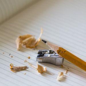 Словарь канцеляризмов  Начинающий писатель часто грешит, особенно на бумаге. На фоне длинного списка грехов ярко выделяется один: желание поумничать. Противостоять этому искушению новичок не в силах. Более того, ему кажется, что мудрёные, витиеватые фразы добавляют весомости мыслям. Это не так. И примеров тому – масса.