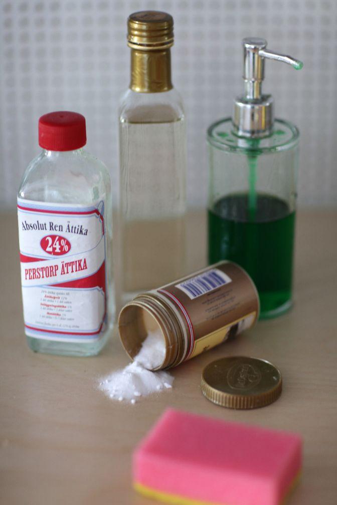 Ett rengöringsmedel som fungerar bra vid damtorkning av t.ex. bord, fönsterkarmar, badrumsporslin och badkar kan man enkelt blanda själv på följande vis: 5 dl varmt eller ljumet vatten, 2 tsk vitvinsvinäger (bra mot fett och bakterier), 1/2 tsk diskmedel och 1 tsk bakpulver.