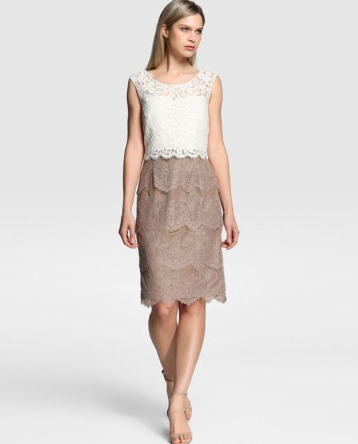 Vestido de encaje, formado por capas. Cuerpo en color crudo, sin mangas y escote redondo. Falda recta en color marrón taupe.