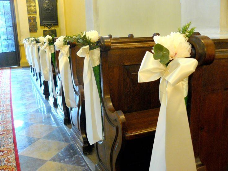 piwonie i wstążki zdobiące ławki w kościele