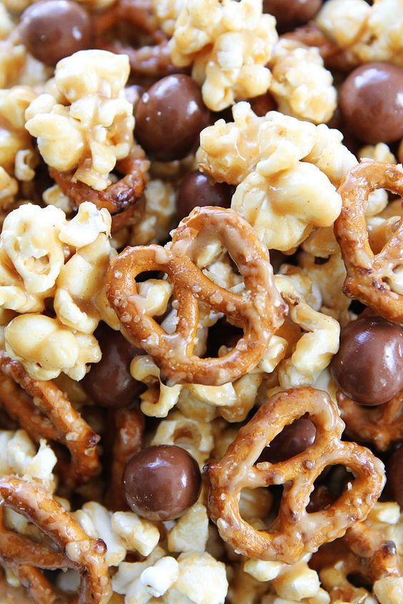 Peanut butter caramel corn with pretzels and HELLO Pretzel Bites. This sweet and salty popcorn is perfect for parties, game day, movie night, and every day snacking! Gourmet Popcorn, Popcorn Bar, Homemade Microwave Popcorn, Popcorn Snacks, Flavored Popcorn, Salty Snacks, Snickers Popcorn, Pretzel Snacks, Candy Popcorn
