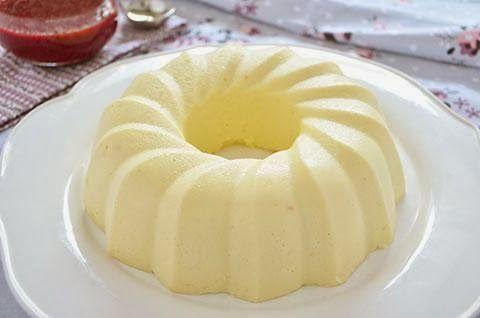 La ricetta del budino alla vaniglia è semplice e golosa. Il budino alla vaniglia è un delicato dolce al cucchiaio preparato con ingredienti semplici e sani. Potete gustare il budino alla vaniglia da solo o con una colorata salsa ai frutti di bosco.