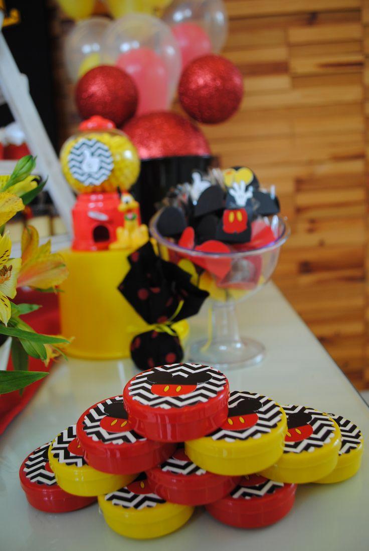 Latinhas com balinhas receberam uma tag com fundo chevron e cabecinhas do Mickey, personagem tema dessa festa de aniversário de menino de dois anos