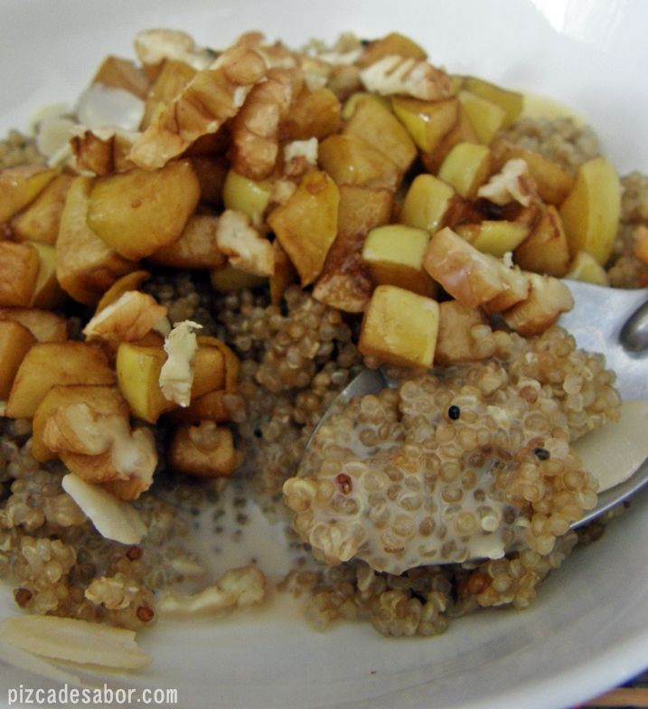 Un rico desayuno para empezar bien el día. La mezcla de canela, quínoa y manzana queda muy rica, y puedes cocinar la quinoa una noche antes y mezclar en la mañana.