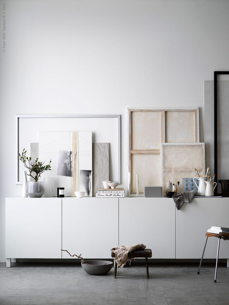 En lång avlastningsbänk av BESTÅ utefter väggen ger plats för favoritsaker som bildar vackra blickfång i sin enkelhet.