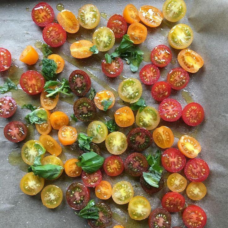 Huhu  ich beginne schon jetzt mit den Vorbereitungen für unser #Glitzerstübchen #Pinwheellovers Pinwheel mit @olleshimmelsglitzerdings und Euch? Erstmal werden die Tomaten getrocknet  #semidriedtomatoes #halbgetrocknetetomaten #inthemaking #bbq #grillen by dasknusperstuebchen
