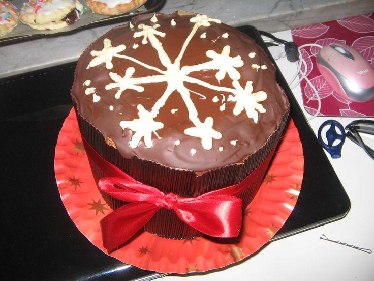 panettone classico natalizio, con gocce di cioccolato, glassato al fondente