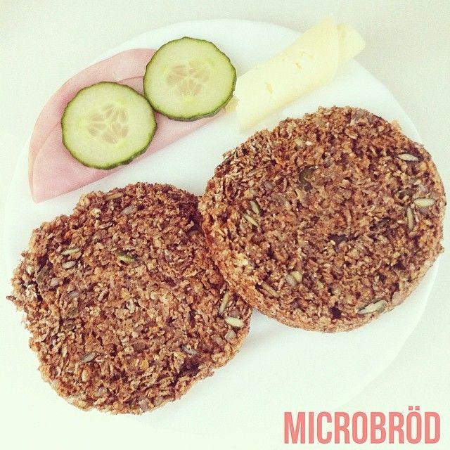 Microbröd: 1dl havregryn 1/2dl riven morot2msk äggvita (1 äggvita) 1/2dl mjölk 1krm bakpulver 1tsk kanel (valfritt) 1krm salt linfrön, pumpakärnor och solrosfrön (valfritt) Rör ihop alla ingredienserna i en skål Micra i ca 2-3min, beroende på hur tjock smeten är i skålen. Klart! ✨ Det är så himla enkelt och så gott! Receptet kan man variera hur man vill. Varför inte göra ett fruktigare bröd med torkad aprikos och tranbär eller röra ner lite honung
