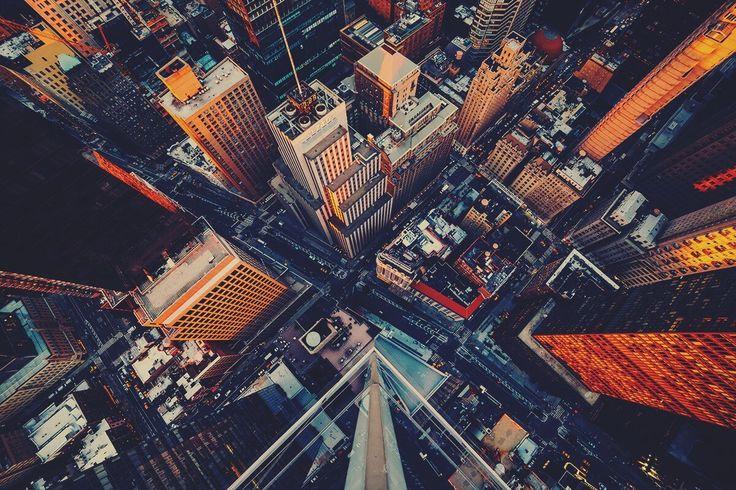 С высоты птичьего полета  США, Нью-Йорк. Вид на Бродвей с высоты птичьего полета. Чтобы сделать головокружительный снимок, фотограф забрался на крышу одного из небоскребов Манхэттена.