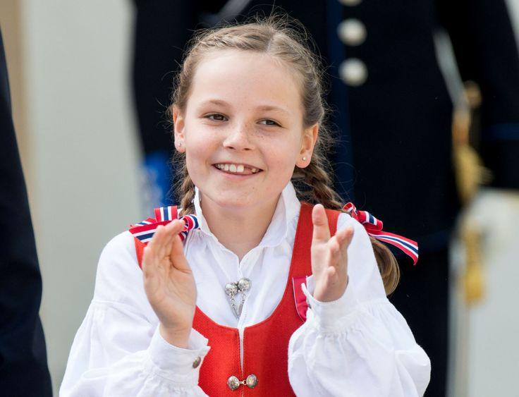PRINCESA INGRID ALEXANDRA DA NORUEGA Aos dez anos, Ingrid é a única filha do príncipe de Haakon. Ela é a segunda na linha sucessória ao trono norueguês. Em 1990, a constituição norueguesa foi reformada, permitindo que a primogênita tenha precedência na linha sucessória apesar de ser mulher