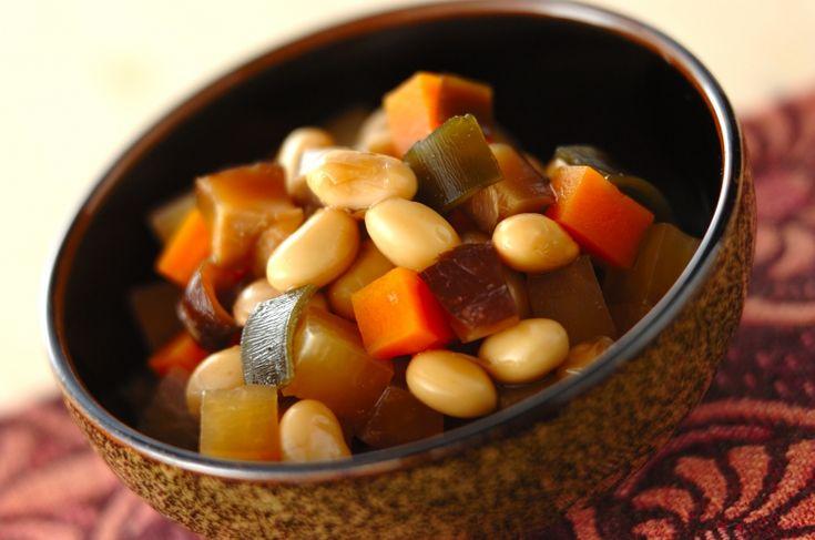 秋は新豆が出回ります。常備菜やお弁当のおかずにピッタリ。お豆料理のレパートリーも増やしましょう。五目煮豆/金丸 利恵のレシピ。[和食/煮もの]2016.10.31公開のレシピです。