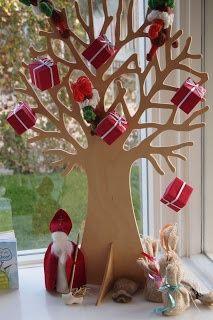 kleine pakjes in de bomen hangen (doosjes verzamelen)
