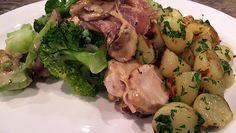 en bak in circa 7 minuten bruin en bijna gaar.Pel en hak de knoflook fijn.Snijd de champignons intussen in plakjes.Haal de kipfilets uit de pan, voeg een...