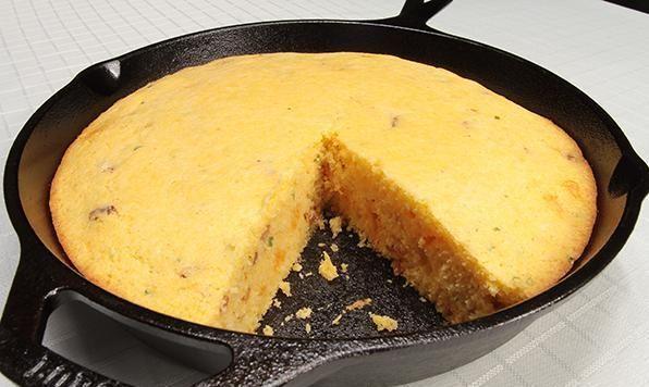 Aromatisé avec des jalapenos épicés, du fromage cheddar et du bacon croustillant; du pain au maïs fait maison repensé!