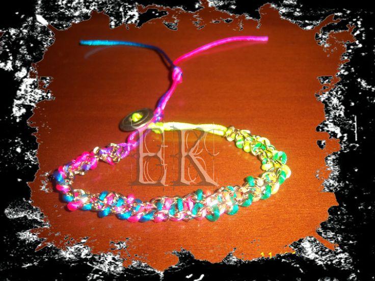 Pulseras con cadenas doradas y hilo multicolor/Bracelets gold chains and multicolor thread