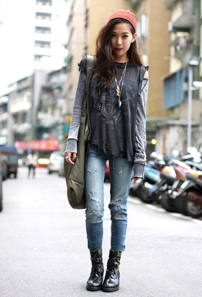 Девушка в узких голубых джинсахи серой олимпийке, черные ботинки в стиле гранж