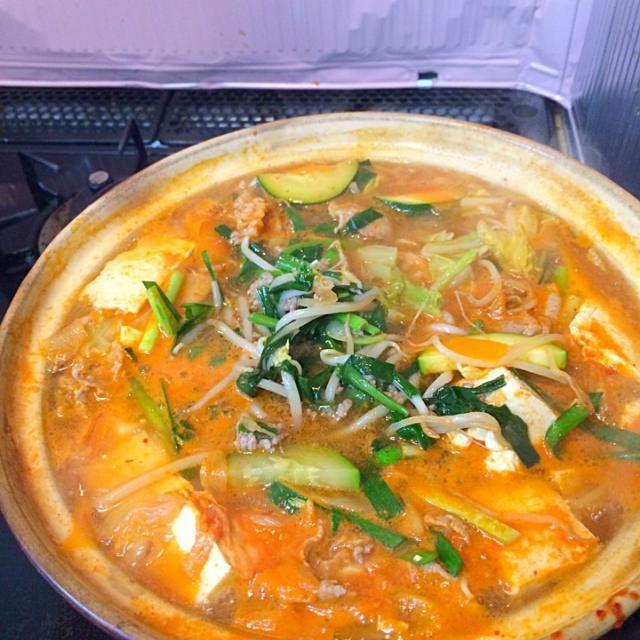 豆腐、ズッキーニ、白菜、人参、豚ロース肉、ネギにキムチとニラとモヤシと豚挽肉を胡麻油で炒めて最後に投入して出来上がり - 13件のもぐもぐ - 野菜たっぷりキムチチゲ by Sawa