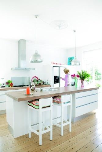 Lång köksö med både arbets- och sittyta samt vask.