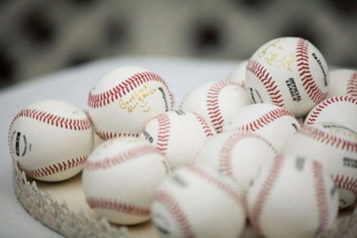 Première page livre d or mariage livre d or papillon idée mariée baseball fan