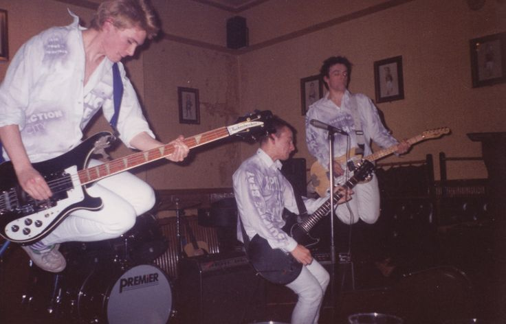 1989 Manics play their first London gig at Horse & Groom on Great Portland Street. https://www.flickr.com/photos/chillipsychosis/5499215950/in/photostream/