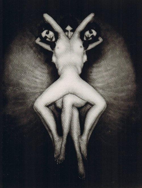 Pierre Molinier, 1900-1976, photographe, peintre et poète français, membre du groupe surréaliste de 1955-1969, reste cependant en marge, connu pour ses tableaux érotiques et photomontages, mises en scène de son corps travestis, où s'exprime son culte de l'androgynie et son fétichisme des jambes, a influencé les artistes du Body Art