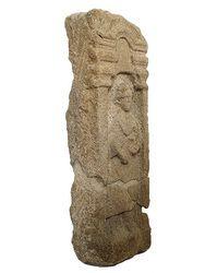 Stèle funéraire féminine à fronton et acrotères : mère portant son bébé et une écuelle (?). Nantes