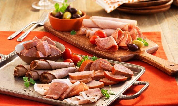 Kalte Platte mit Fleischwaren auf Party servieren