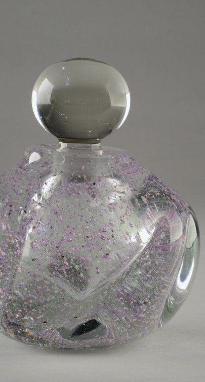 ANDRE THURET (1898-1965) Flacon en verre épais translucide modelé à chaud à inclusions de paillettes argentée et mauves. Signé «André Thuret». Vers 1940. H : 13 cm