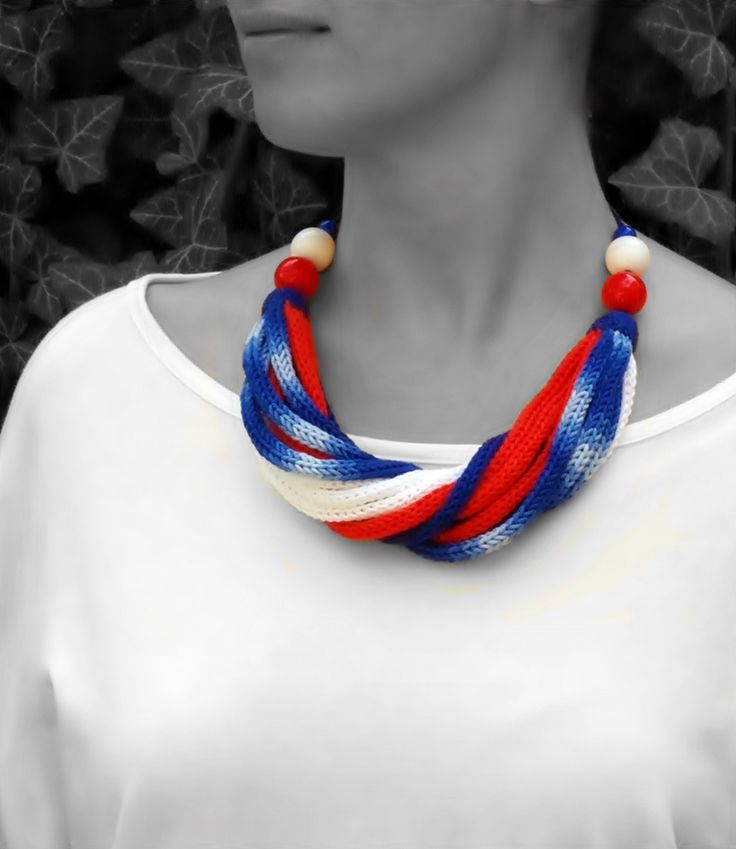 kötött nyaklánc piros, fehér és kék színekben / knitted necklace in red, white and blue colors #kötött #knitted #nyaklánc #necklace #red #white #blue