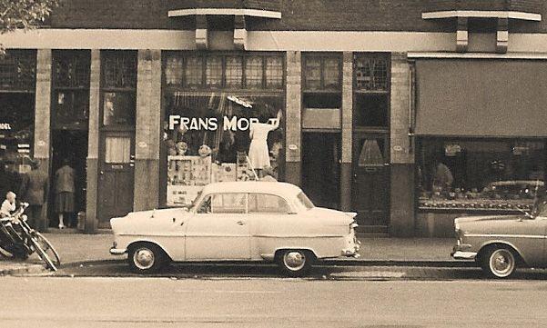 Lang geleden woonde er een man in Rotterdam genaamd Frans Moret. Het is het jaar 1888 en van beroep is hij drukker en af en toe geeft hij ook zelf boekjes uit. In die tijd kwamen de mensen vragen naar liedjes om een bruidspaar in te halen of om voordrachten voor bruiloften en partijen. Het was niet zo druk in die tijd en onze Frans zag wel wat in die nevenactiviteiten. Van het één kwam het ander en weldra werden er ook hoedjes en toeters gemaakt en verkocht.