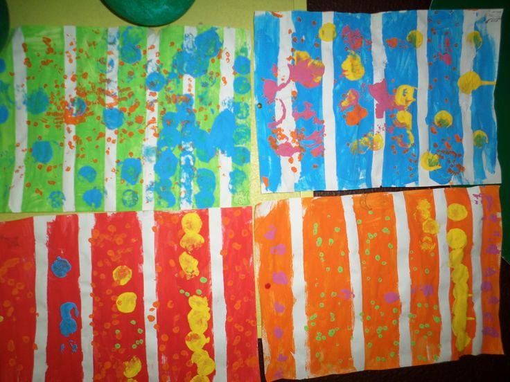 Thema strepen en stippen: met papiertape lijnen trekken op blad en overschilderen. Tape aftrekken en stempelen met ronde voorwerpen.