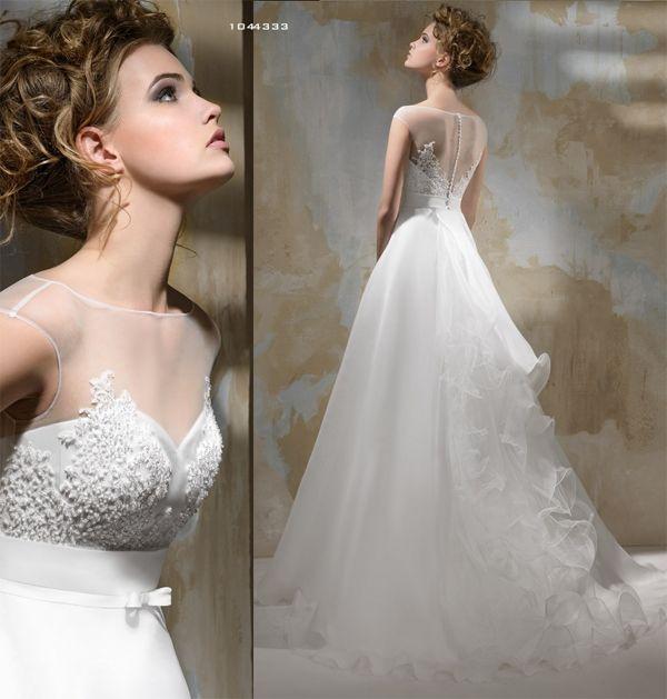 ¿Quiéres verte conservadora pero sexy en tu boda? Este vestido es ¡para ti! con detalles que marcan tu cintura y que muestran un poco de piel.