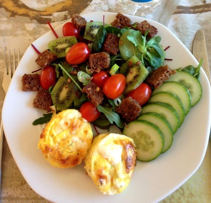 Æggemuffins. Lækker sund frokost med æggemuffins og en frisk salat med kiwi og ristet rugbrød. Se opskrift og billeder her på min madblog