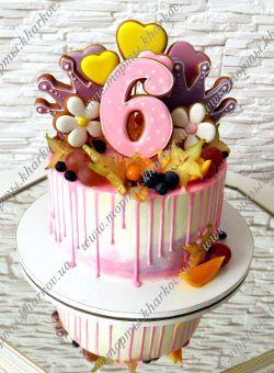 Торт без мастики украшен пряниками и фруктами