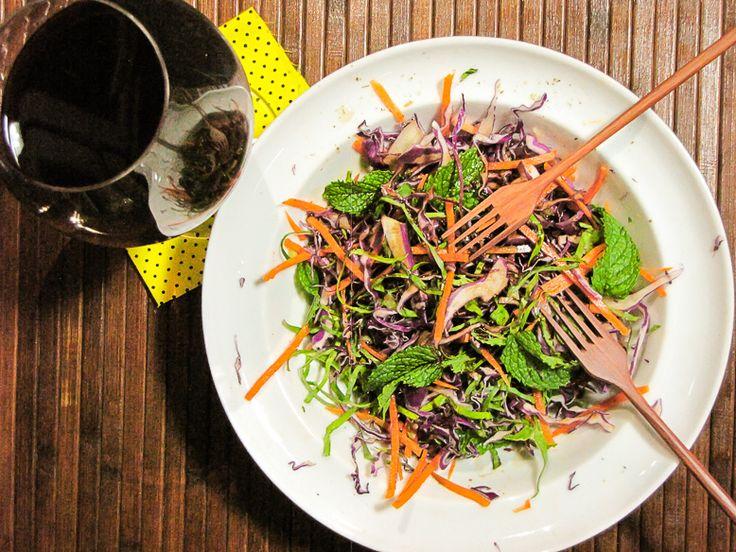 Salada de Couve Chinesa com Cenoura e Abacaxi: Ingredientes: 1 cenoura grande ralada 2 xícaras de abacaxi cortado em cubos 4 xícaras de couve chinesa cortada em tiras (bok choy) 6 colheres ...