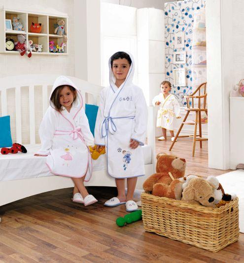 Dziecięcy frotte szlafrok BALLERINA i FOOTBALLET z kapturem. Do szlafroczka można dokupić również wygodne, śliczne kapcie z tym samym wzorem. Sam szlafrok sprzedawany jest w luksusowym ozdobnym opakowaniu. Dostępne w rozmiarach dla dzieci w wieku 2, 4 , 6, 8 i 10 lat.