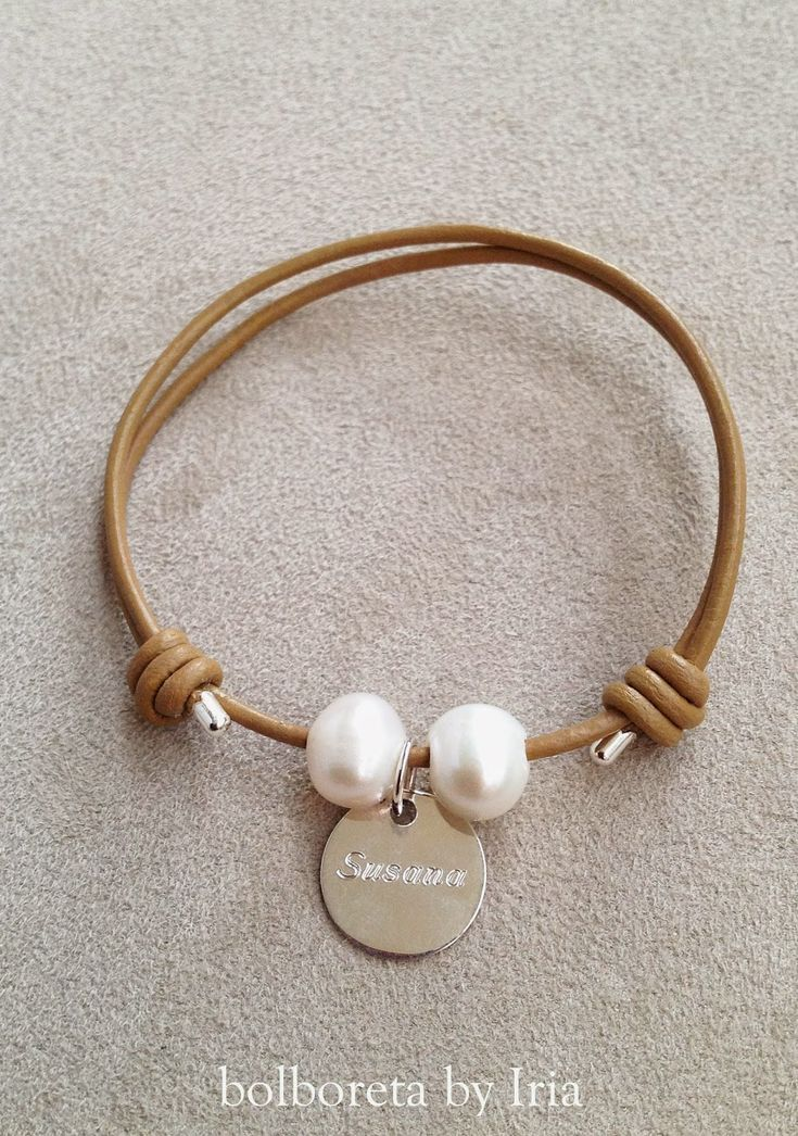 Pulsera y gargantilla de cuero con perlas y chapa de plata personalizada