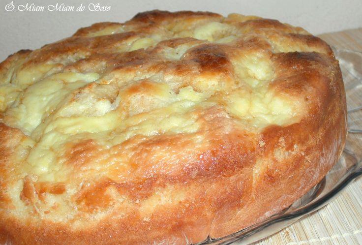 Spécialité du Nord, la tarte au sucre est une gourmandise entre la tarte et la viennoiserie. INGREDIENTS 300 gr de farine, 100 ml de lait, 2 oeufs, 50 gr de sucre, 80 gr de beurre, 1càc de levure boulangère, 1/2 càc de sel GARNITURE 20 cl de crème fraiche...