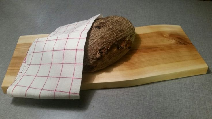 Cuttingboard in elm and Chrismas bread flavored with wort.