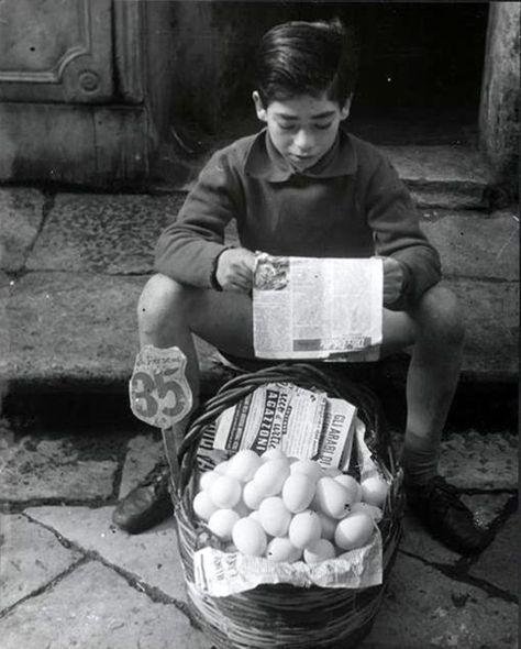 Brassaï - L'enfant aux oeufs, Palerme, 1957.