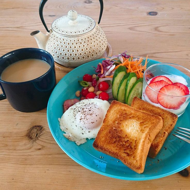 *2017.1.21* + 朝ごパン. + おはようございます☺. . 昨日のサンドイッチの切った野菜が大量に残っていたので、今日はサラダもりもりの朝ごはんプレートにしてみました。 メンズは仕事&学校なので今朝はゆっくり朝ごはんもいいね。. 平日の朝はゆっくり朝ごはんも食べる時間があまりなくて(朝起きれない)、キッチンでお弁当詰めながらつまみ食いしたりしてます。. 毎日朝ごはんpic投稿されている方を尊敬する~✴✴. . . . #おうちごはん#朝ごはん#モーニングプレート#朝ごパン#南部鉄器#アンシャンテ#カモミール #breakfast #breakfasttime#foodpic#foodie#instafood#yummy#ittala#teema#japanesefood