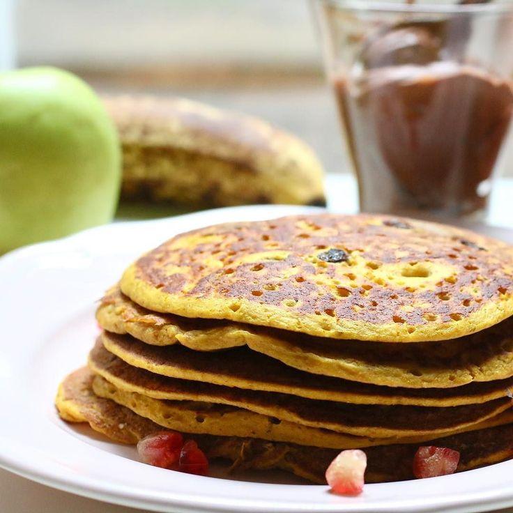 Cuál sabor prefieres en las panquecas?  1) calabaza auyama zapallo 2) sweet potato batata camote boniato  Si elegiste la 2 solo tienes que sustituir  ________________________________ PANQUECAS DE CALABAZA Y PASAS _________________________________  1 huevo 1 taza de calabaza asada 1 cda de yogur 1/2 taza de avena Pasas 1 cdta de pumpking pie spice 1 cdta de polvo de hornear . .  No te pierdas la preparación de mis PANQUECAS CEBRA en mi ultimo video de youtube. el enlace esta en mi bio…
